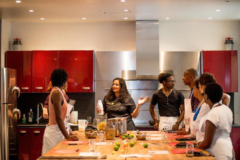 reines-des-temps-modernes-beau-livre-bois-toile-du-marais-precommander-afro-afrique-histoire-poesie-photographie-art-design-modele-black-leslie-belliot-je-cuisine-creole-atelier